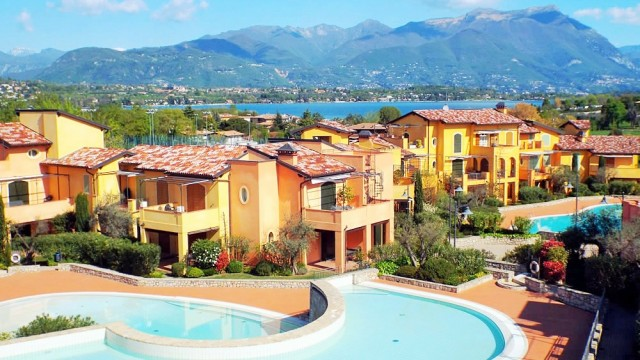 Beautiful apartment with pool by the Lake Garda